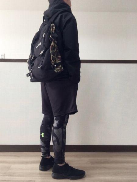 黒のワントーンでまとめたクールなジム通いスタイル