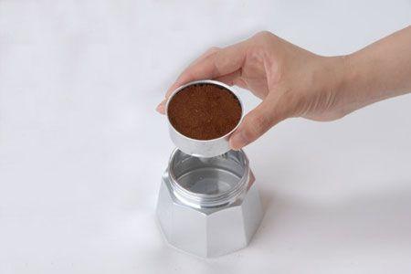 フィルターバスケットにコーヒー粉を入れる