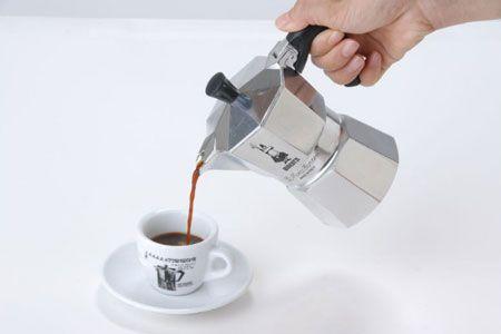 抽出が終わったら、コーヒーを注ぐ
