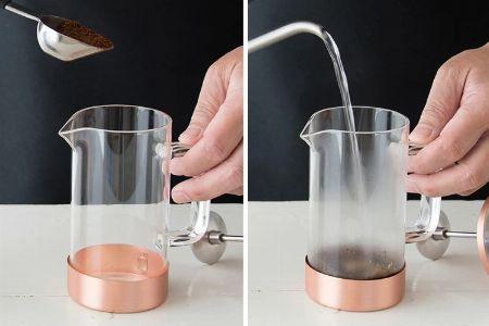 適量のコーヒー豆とお湯を馴染ませる