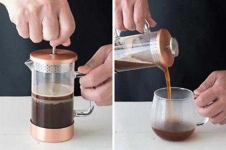 ゆっくり濾して、カップに注ぐ