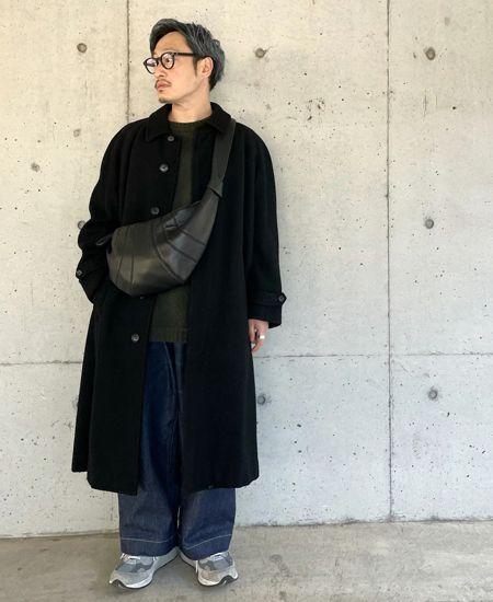 オーバーサイズのステンカラーコートが着こなしの決め手