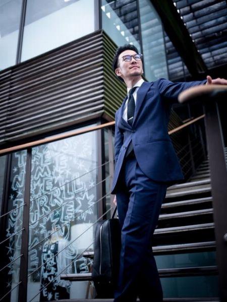 オーセンティックなスーツスタイルをネクタイピンで昇華