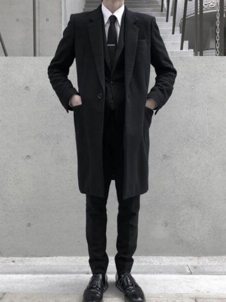 こなれ感とクール感が同居したブラックのスーツスタイル