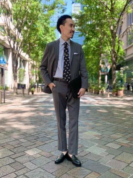 野暮ったくなりがちな色のスーツにこそネクタイピンが効く
