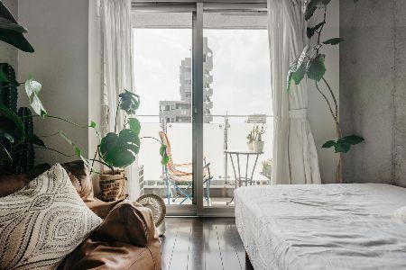 窓辺の両サイドに緑をプラス。高さを変えてメリハリを