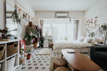 スツールなど家具を使って高さを出し飾る