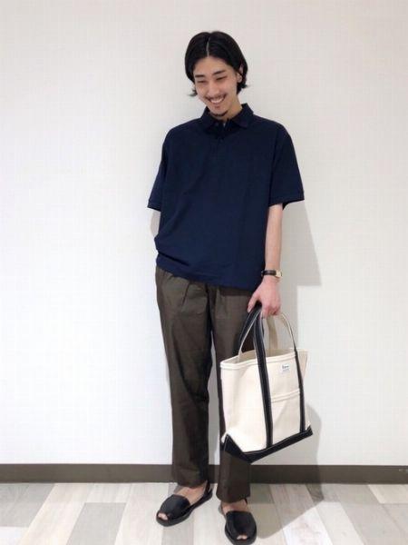 抜け感あるトートバッグは大人カジュアルとも好相性