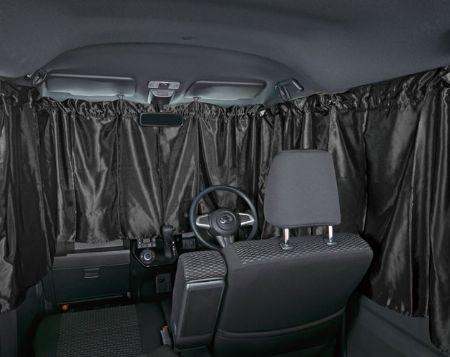 外から丸見え防止にカーテンやシェードの用意を