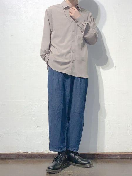 シンプルにワイドジーンズを合わせた大人な着こなし