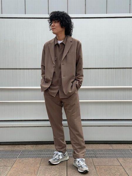 シャツ・パンツ・ジャケットの3点でベージュの魅力を主張