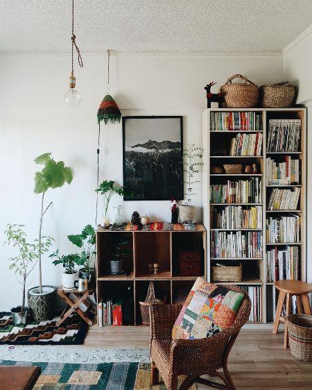 小さな鉢同士をひとまとめ。家具を活用して飾る
