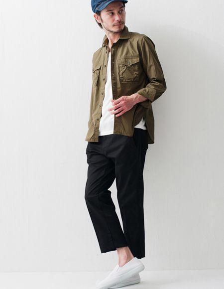 パンツのこじゃれた雰囲気を活かして、足元は抜け感のあるスリッポンをチョイス