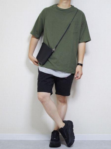 黒いショートパンツで大人っぽく仕上げた大人の夏の装い