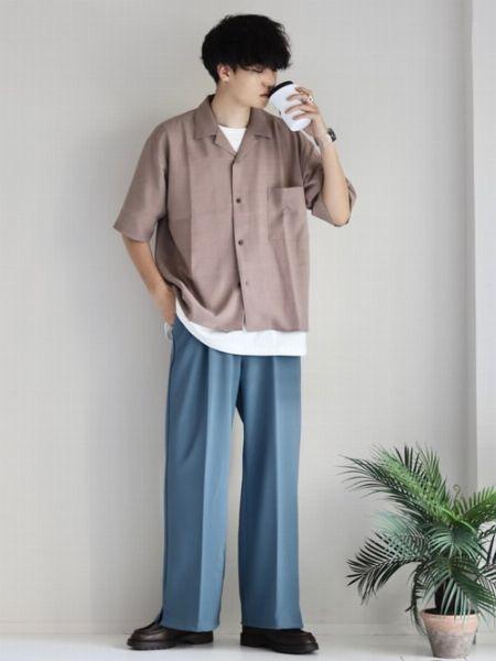 着丈が短めのシャツで上半身をコンパクトに演出