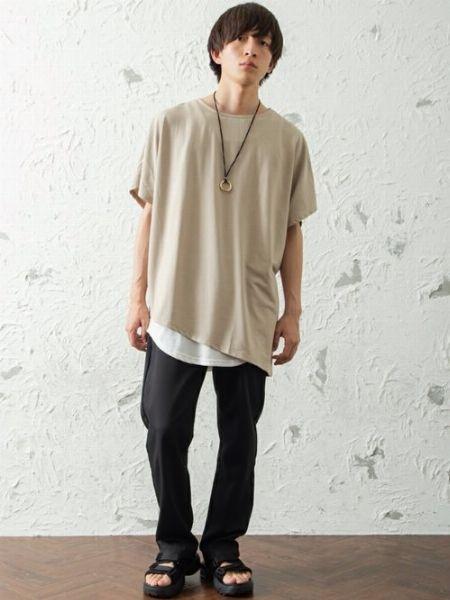 腰周りの重ね着を楽しむなら「Tシャツ×ロングタンクトップ」
