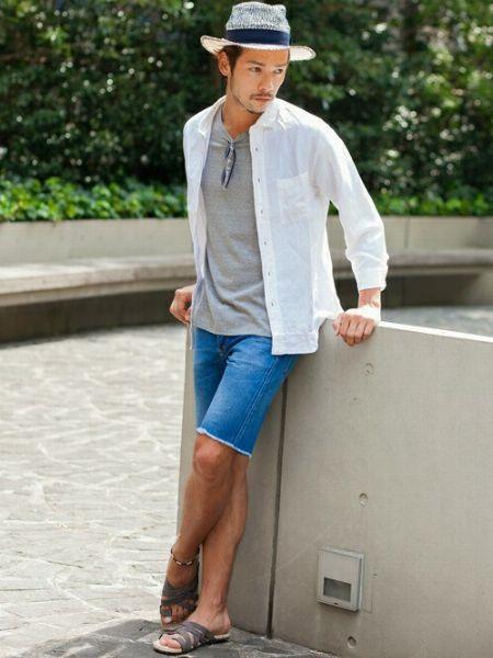 半袖のボタンダウンシャツで爽快感ある夏スタイルに