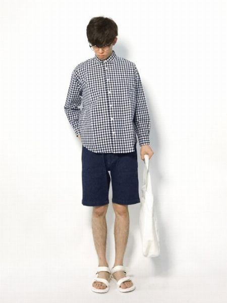 ギンガムチェックのシャツを用いた軽妙なアメトラスタイル