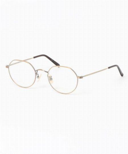 シャープで知的な印象を放つメタルフレームのメガネが今、再評価されています