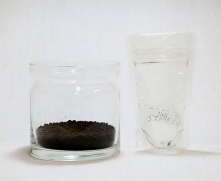 容器に土を入れる