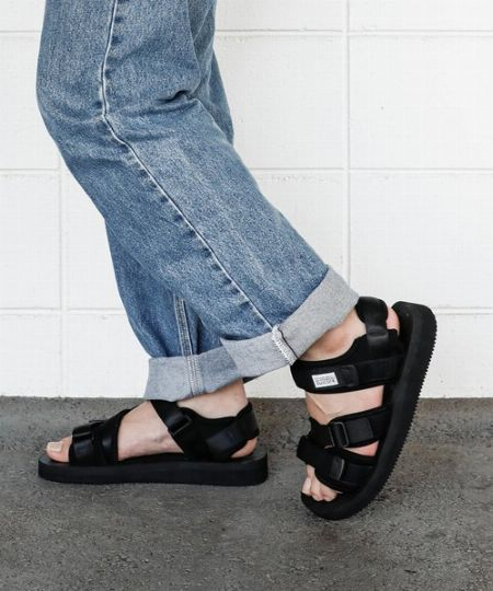 ▼黒サンダル:万能性&軽快感を両立。着こなしの引き締め効果もピカイチ