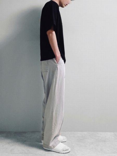 パンツとサンダルの色のトーンを合わせれば都会的な雰囲気に