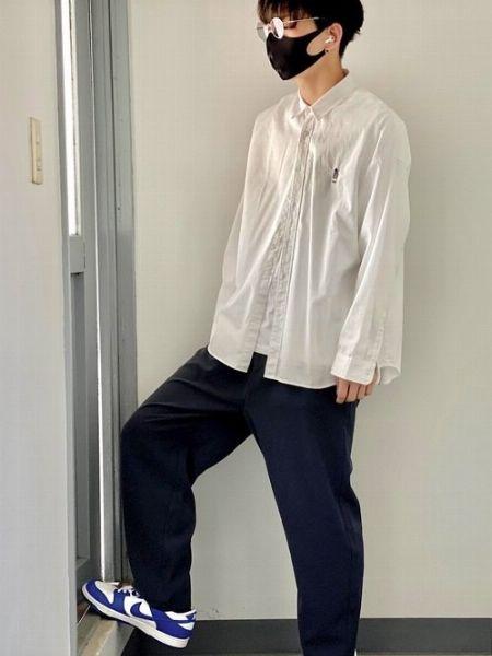 ライトグレーのレンズと白いシャツでクールかつ上品に