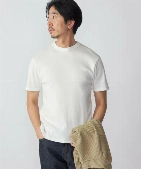 きれいめに着こなしたいなら、上品な光沢としなやかな肌触りが魅力の上質素材を