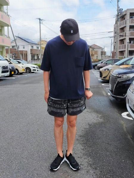 落ち着いた配色で無地Tシャツ×ショートパンツを大人っぽく