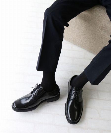 """スーツスタイルをおしゃれに着こなすうえで、""""足元""""は重要です"""