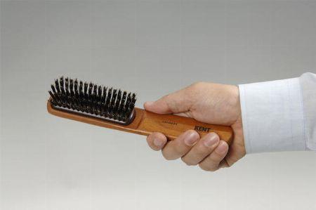 スカルプブラシで髪をとかす