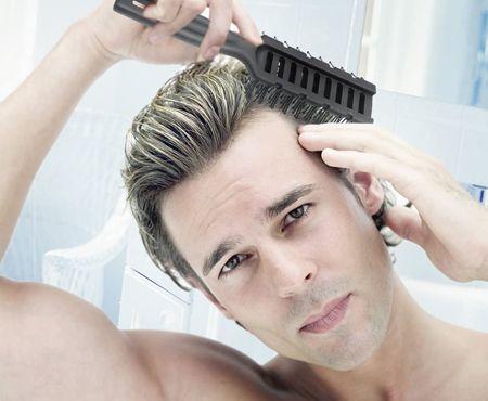 入浴後にスカルプブラシで髪をとかす