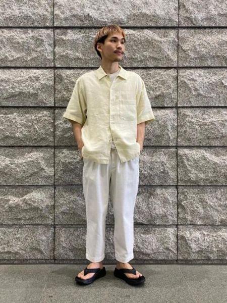 淡色の半袖シャツと合わせて清涼感をアピール