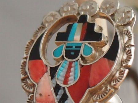 細かくカットした石で彩る「ズニ族」のインレイ