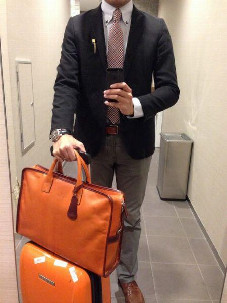 ネイビージャケットなら、ブラウンベースのビジネスバッグでシックにキメる
