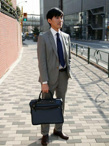 グレースーツなら、ネイビーベースのビジネスバッグで洗練された印象に