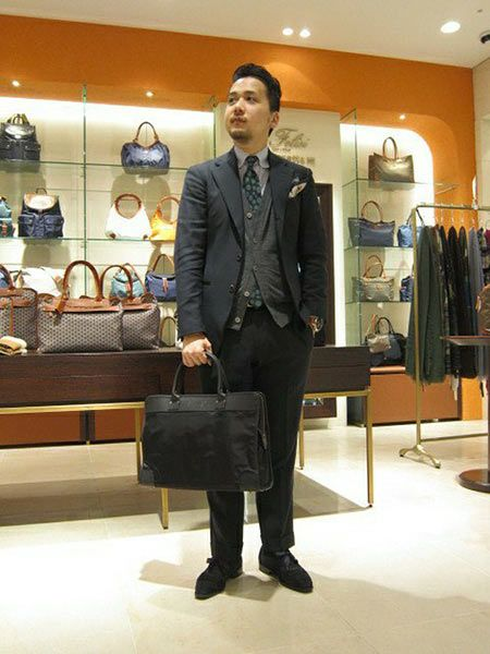 ブラックスーツなら、同系色のビジネスバッグでフォーマルに