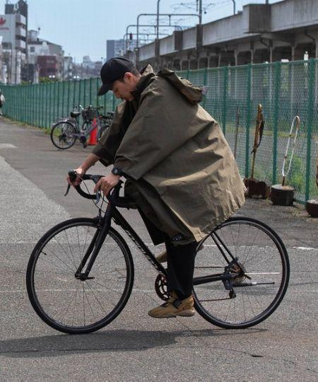 背負ったリュックサックごと覆えて荷物も雨からガードできる