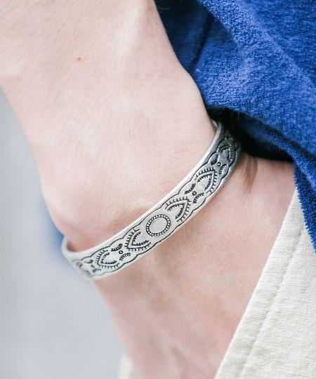 """繊細な加工と""""いぶし銀""""な色の変化に注目。「真鍮」素材もあなどれない"""