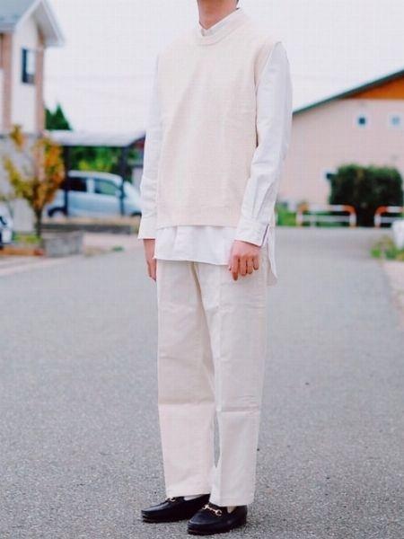 素材感の異なるニットベストで立体的な重ね着を実現