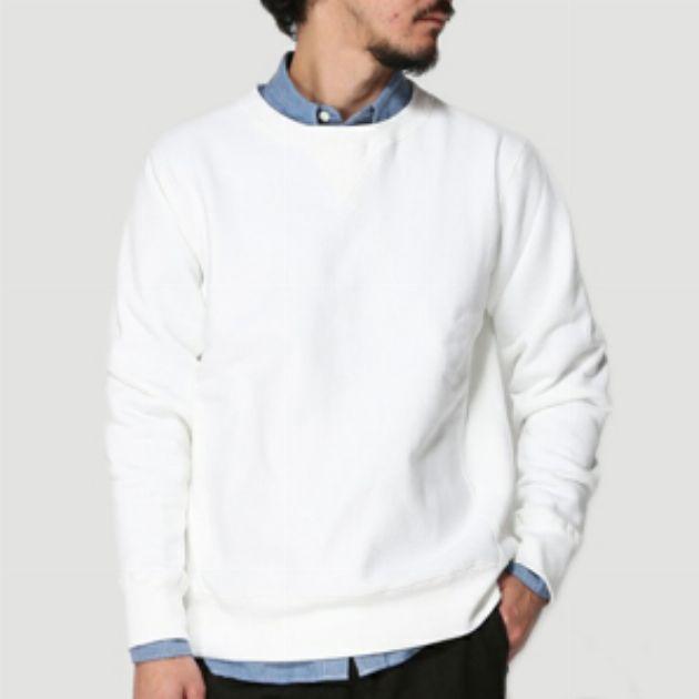 スウェットの中にシャツ投入で大人カジュアルを目指す