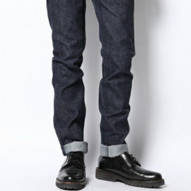 周りと差がつく。濃紺デニムパンツの旬な着こなし方