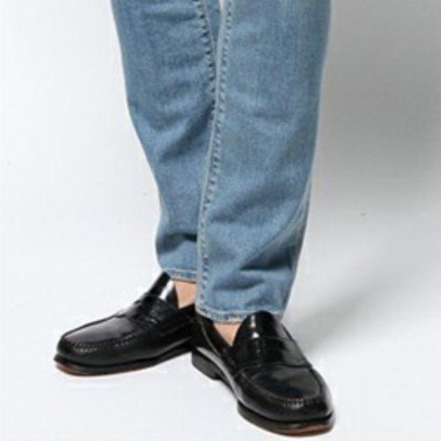 大人カジュアルの王道。デニムパンツと革靴の合わせ方