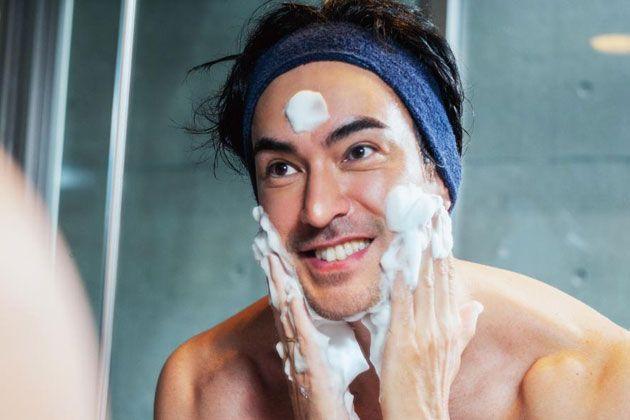 顔を洗うだけ、と侮るなかれ。メンズも洗顔料をしっかり選んで正しく使おう