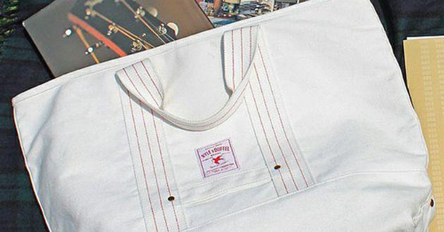この時期使えるのはキャンバス素材の白バッグ