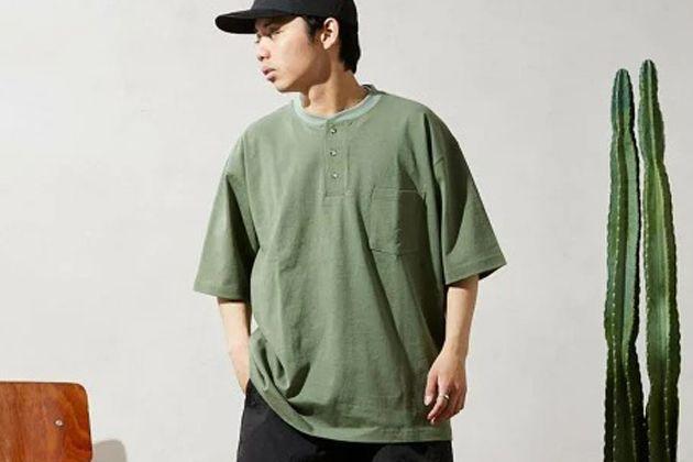 ヘンリーネックTシャツの魅力とは? おすすめ10選と着こなし方のハウツー
