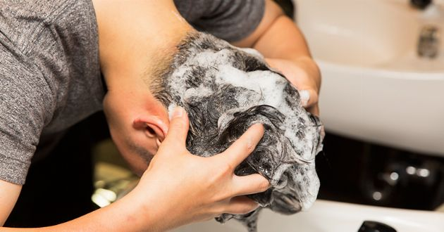 正しい髪の洗い方って? 美容師に学ぶシャンプーの方法