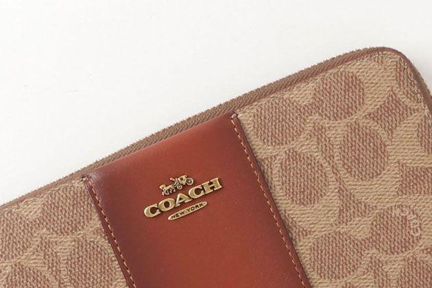 コーチの財布は周りと差がつく素材使いが人気。狙い目はこの10品!