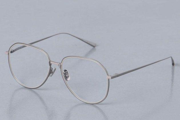 知的でおしゃれ。メタルフレームのメガネが人気再燃している理由を探る