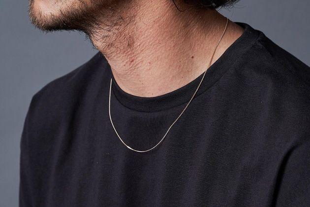 ゴールドネックレスで胸元にリュクスな輝きを。選びの基準はこの2つ